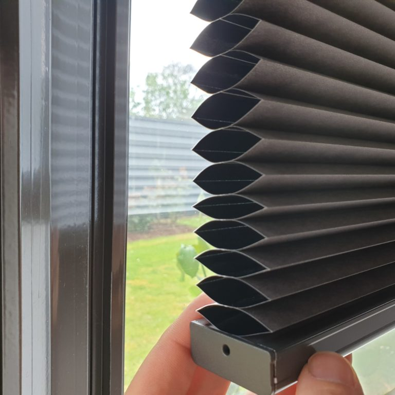 Single cell blockout honeycomb blinds