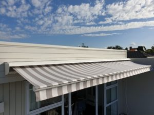 Half pelmet for a retractable awning
